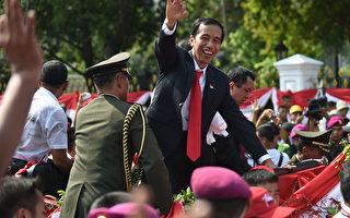 10月20日,印尼总统佐科威参加就职典礼后,乘车出巡接受民众的欢呼。(AFP)