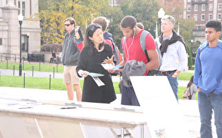 法轮功学员在哥大举办法轮功真相图片展,向学生介绍法轮功在中国被迫害的真相。(任倩雪/大纪元)