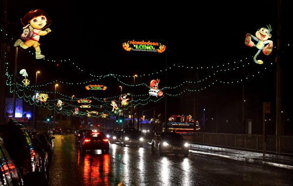 2014年10月19日,英国布莱克浦彩灯秀呈现梦幻般浪漫的纷围。(PAUL ELLIS/AFP)