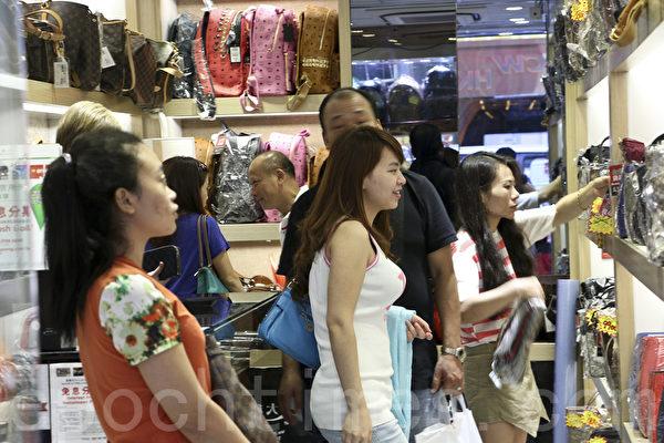 自由行游客如常在旺角购物。(余钢/大纪元)