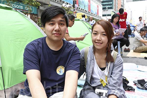 大學四年級劉小姐(右)稱自己是被時代選中為民主付出的人。學聯與港府首次對話後,出於對政府的不信任,決定繼續留守佔領區。(余鋼/大紀元)