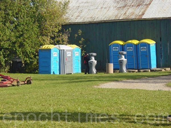 果园为顾客准备的厕所和洗手的设备。(李文笛/大纪元)