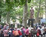"""曼哈顿华埠哥伦布公园一角,在孙中山""""天下为公""""的铜像旁,老人们在下棋。 (蔡溶/大纪元)"""