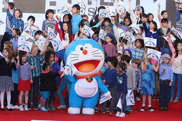 哆啦A梦带着小朋友们一起走红地毯。(Ken Ishii/Getty Images)