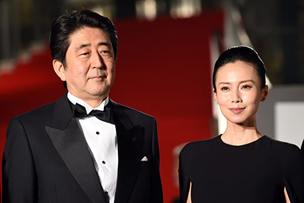 日本首相安倍晋三(左)与影展代言人中谷美纪。(Atsushi Tomura/Getty Images)