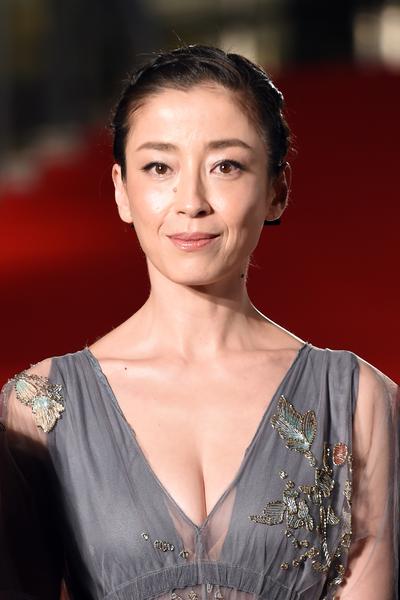 宫泽理惠以一袭灰色刺绣礼服华丽登场。(Atsushi Tomura/Getty Images)