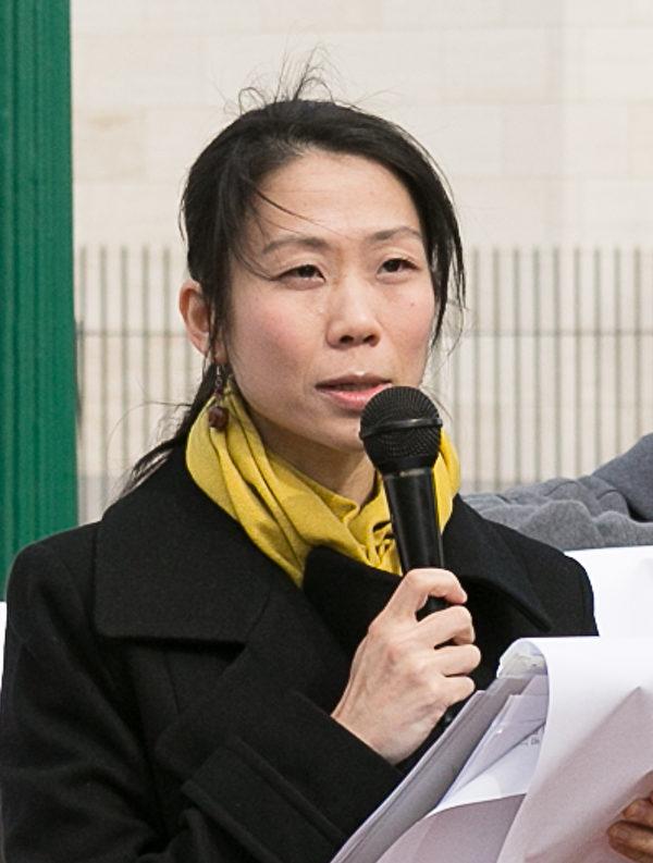 王曉丹在華盛頓中國大使館前宣讀致國際媒體和中共大使館的公開信(李莎/大紀元)