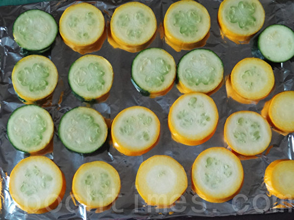 切片的节瓜摆在烤盘上。(林秀霞 / 大纪元)