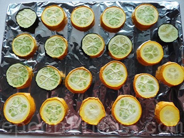 烤箱预热250度烤10分钟后,软甜的节瓜才好吃。(林秀霞 / 大纪元)