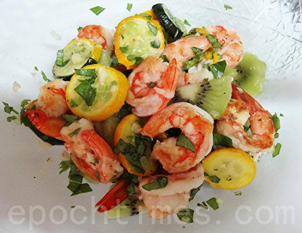 处理过的节瓜、鲜虾、奇异果、各调味料、橄榄油等轻轻拌匀即可食用。(林秀霞 / 大纪元)