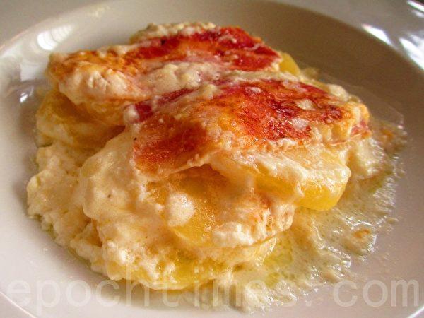 用饭勺慢慢铲起马铃薯,翻面放到盘中,培根放最上面(摄影:家和/大纪元)