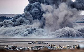 叙利亚边城科巴尼库尔德人23日夜间夺回美军空投据点─科巴尼西郊附近的一座山丘。图为科巴尼遭空袭后升起的烟尘。(Kutluhan Cucel/Getty Images)