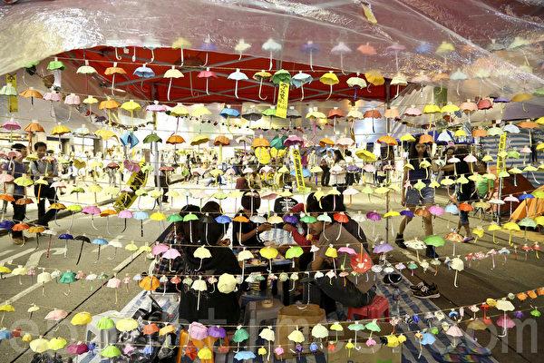 """昨日香港政府拆除狮子山上的""""我要真普选""""条幅后,25日,香港市民又自发在铜锣湾占领区挂出更多条幅表达争取真普选的决心。(余钢/大纪元)"""
