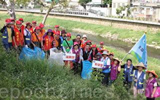 200多位水环境巡守队员进行老街溪畔净溪。(徐乃义/大纪元)