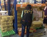 """台中市卫生局26日封存""""正点食品""""工厂内的棕榈油加牛油共10桶,以及制成品1,729箱。(台中市卫生局提供)"""