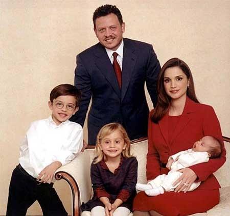 目前已經擁有4名子女,年屆40歲的拉尼婭依舊豔麗光彩。(法新社)