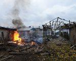 乌克兰东部城市顿内茨市长办公室及首都基辅的官员表示,激烈炮击今天震撼亲俄叛军重镇顿内茨的郊区,终结了昨天国会选举期间的平静气氛。图为10月18日,乌克兰东部城市顿内茨市奇洛夫斯基区遭到亲俄派分离主义分子的格勒式火箭的攻击。(John Moore/Getty Images)