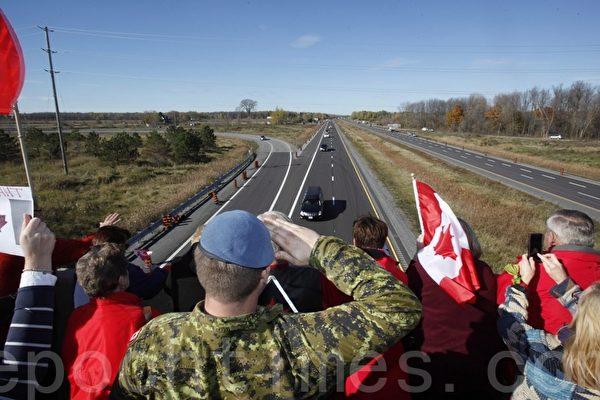 渥太华国会山枪击案罹难士兵遗体运回故乡