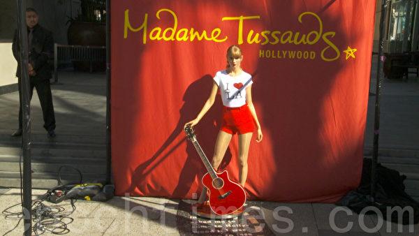 10月27日,美国乡村小歌后泰勒•斯威夫特蜡像在好莱坞杜莎夫人蜡像馆揭幕。(杨阳/大纪元)