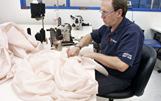 日本高田(Takata)生产的汽车安全气囊传瑕疵,美消费者寻求集体诉讼,指控高田和多家汽车制造商隐匿重要资讯,欺瞒消费者。图为高田员工在缝制安全气囊。(Bill Pugliano/Getty Images)