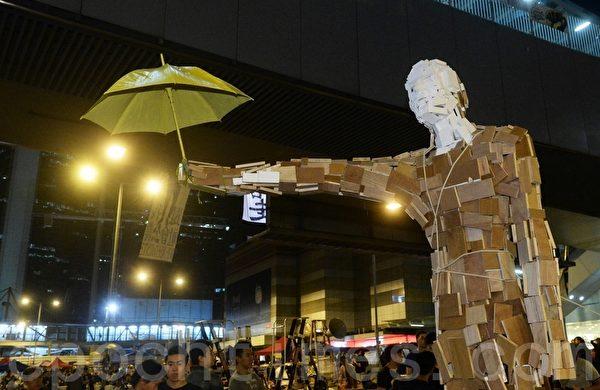 金钟集会区的雨伞巨人雕塑作品。(宋祥龙/大纪元)