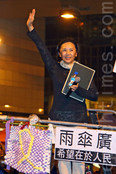 """10月28日傍晚开始,逾万香港人在金钟雨伞广场举行""""雨伞运动满月纪念活动"""",著名艺人叶德娴现身发言支持运动,希望港人秉持狮子山精神争取真普选。(潘在殊/大纪元)"""