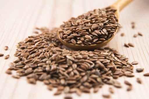 一汤匙亚麻籽包含超过4克脂肪,其中近1克是单不饱和脂肪,3克是多不饱和脂肪。(fotolia)