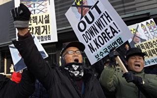 韓國情報局日前表示,朝鮮擴大了5所政治犯集中營的面積,其中包括位於該國西北部的耀德(Yodok)集中營。目前有約10萬政治犯被囚禁在這些集中營裡。1月8日金正恩31歲生日當天,韓國一些抗議者向朝鮮政權發出抗議。( Chung Sung-Jun/Getty Images)