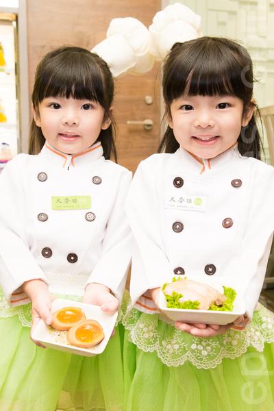 可爱双胞胎轩轩及钒钒担任小小主厨,搭配饱和的亮草绿的招牌色,更加突显了天香楼mini的青春活力。(陈柏州/大纪元)