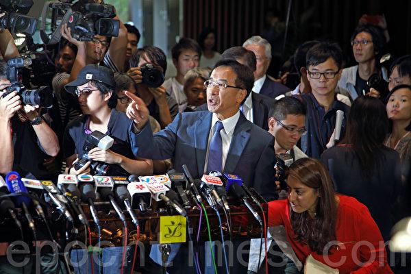 香港自由党党魁田北俊(中)因促梁振英辞职,于10月29日遭中共全国政协撤销政协委员资格。随即他表示愿辞去党魁一职后以个人身份为港人发声。(潘在殊/大纪元)