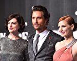 《星際穿越》三位主角(左起)安妮•海瑟薇、馬修•麥康瑙希、潔西卡•查斯坦出席倫敦首映禮。(LEON NEAL/AFP/Getty Images)