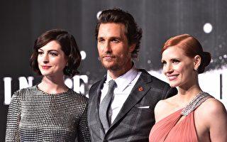 《星际穿越》三位主角(左起)安妮•海瑟薇、马修•麦康瑙希、洁西卡•查斯坦出席伦敦首映礼。(LEON NEAL/AFP/Getty Images)