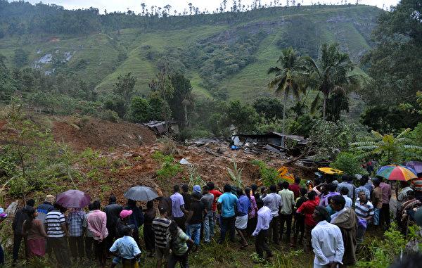 斯里蘭卡中南部當地時間29日發生嚴重泥石流,附近居民在災難現場圍觀。(AFP PHOTO/ Ishara S. KODIKARA)