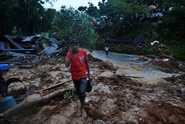 斯里蘭卡中南部當地時間29日發生嚴重泥石流,一處茶園內的140棟房舍遭到泥石埋沒。(AFP PHOTO/ Ishara S. KODIKARA)