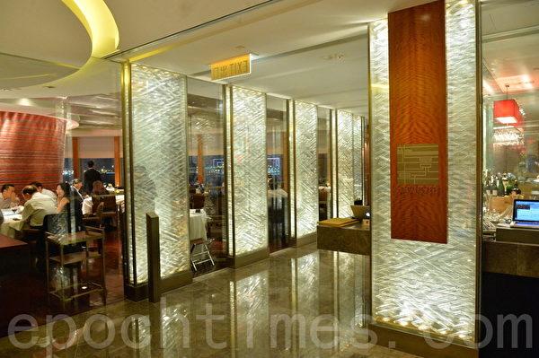 香港澳门2015米芝莲指南,有7间餐厅食肆蝉联最高级的三星评价,有16间获二星评级,52间食肆获一星评价。图为四季酒店龙井轩蝉联最高级的三星评价。(宋祥龙/大纪元)