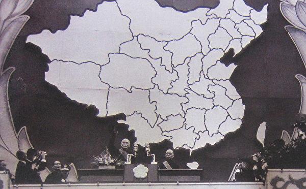 1972年5月20日中华民国第五任总统、副总统就职大典,蒋中正总统(左)偕严家淦副总统(右)于总统府阳台接受民众欢呼,并发表就职文告(许捷芳)。(钟元翻摄/大纪元)