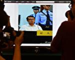 2013年8月24日,记者为审理王立军的网络直播页面拍照。近日,有知情人士透露了更多当年王立军逃至成都美领馆的详实信息。(MARK RALSTON/AFP)