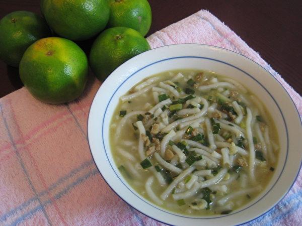 米苔目有米制品的芳香,胡椒是不能少的调味。(谢云婷/大纪元)