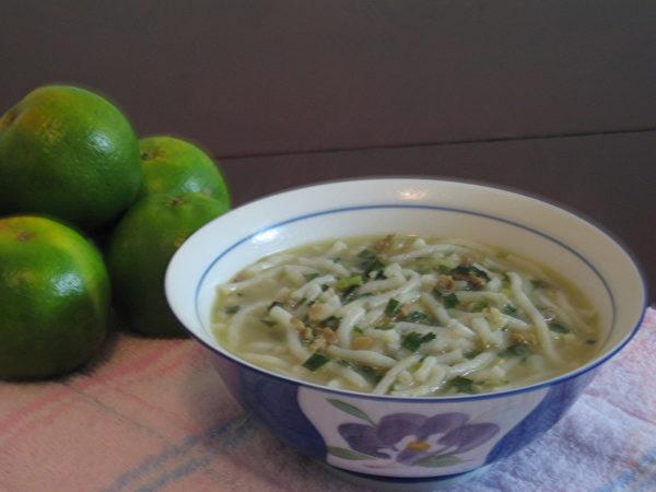 米苔目的韭菜不要太早放入,保持鲜绿的色泽。 (谢云婷/大纪元)