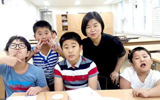 """10月25日,""""大林国际学校""""在首尔大林洞正式开校,该校由在韩同胞教师协会会长文玟设立。图为文玟与学校的孩子们。(图:文玟提供)"""