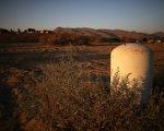 加州因持續乾旱,目前土壤板結非常嚴重,土壤蓄水能力大大下降,每年11月到3月,是加州的雨季一旦遭遇大暴雨襲擊,山洪爆發的可能性會非常大。圖為2014年9月4日,加州境內的一處乾旱地帶。(Justin Sullivan/Getty Images)