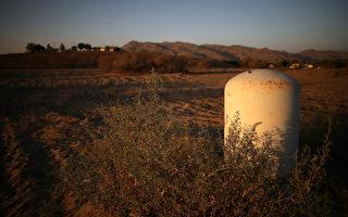加州因持续干旱,目前土壤板结非常严重,土壤蓄水能力大大下降,每年11月到3月,是加州的雨季一旦遭遇大暴雨袭击,山洪爆发的可能性会非常大。图为2014年9月4日,加州境内的一处干旱地带。(Justin Sullivan/Getty Images)