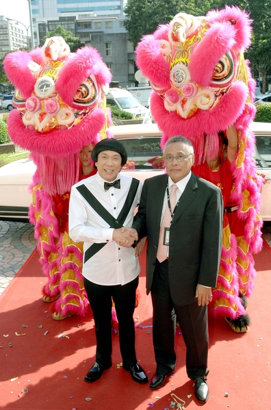 猪哥亮(左)乘坐豪华加长礼车入场。(华视提供)