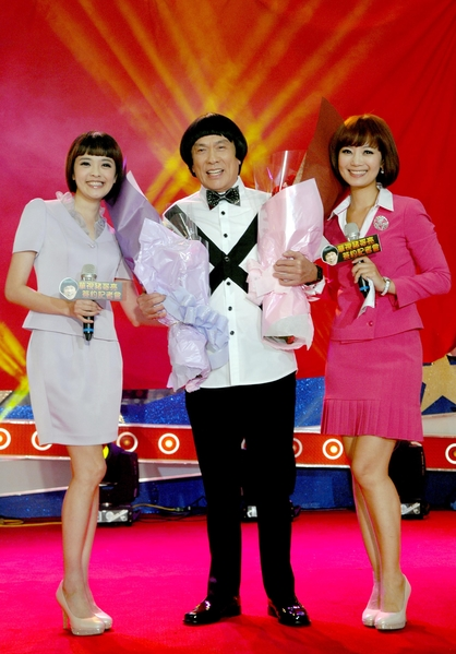 电视台主播庄雨洁、苏玮婷献花给猪哥亮。(华视提供)