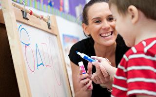 图:I Can Kids的老师正在教孩子学习画画。 (I Can Kids提供)