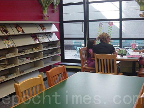 在市图书馆里有为儿童提供的画画的用品,儿童尽可以在这里画出自己喜欢的画。(李文笛/大纪元)