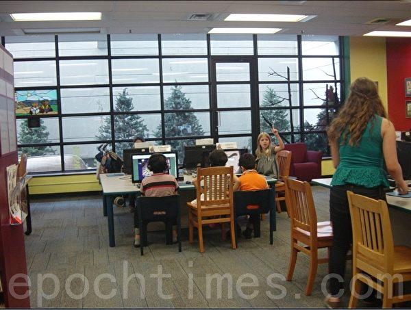 加拿大的图书馆。家长都喜欢带孩子来图书馆,在这里可以很愉快的度过时光。(李文笛/大纪元)