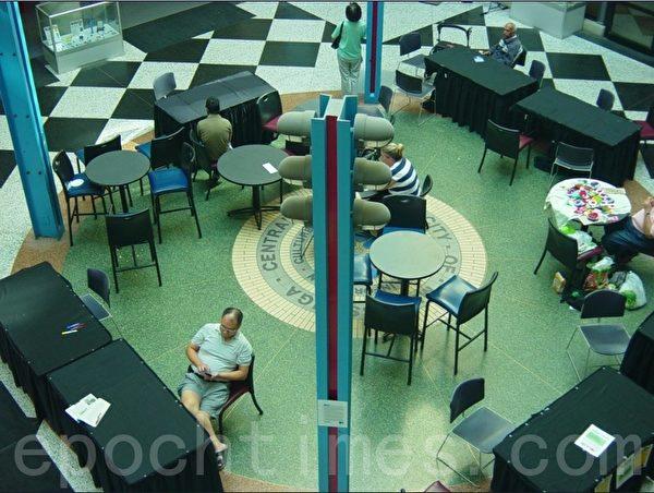 加拿大图书馆阅览室外的大厅是供民众自由活动的地方,这是我们市图书馆的大厅,在左边有卖快餐的柜檯。(李文笛/大纪元)