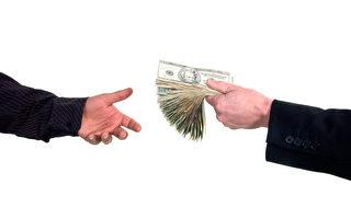 根据最新调查,19%的美国人说他们若失去薪水将举债或出售资产。(Eric Limon / Fotolia.com)