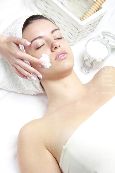 随着年龄渐长,如果有了解自己皮肤性质的专业人士为你提供护肤意见,定期制定有针对性的护肤策略会更好。(Fotolia)